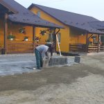 La Satul Seniorilor se monteaza pavaj nou.